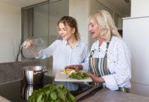 ældre dame i køkken