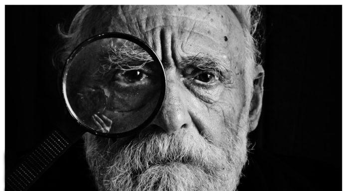 ældre mand med brille